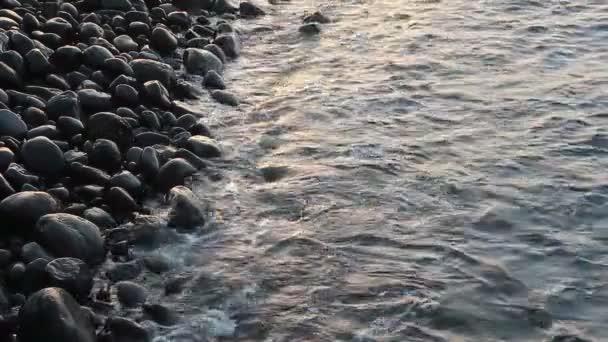 moře surfovat na kamenné pobřeží