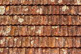 staré hnědé šindele na střeše
