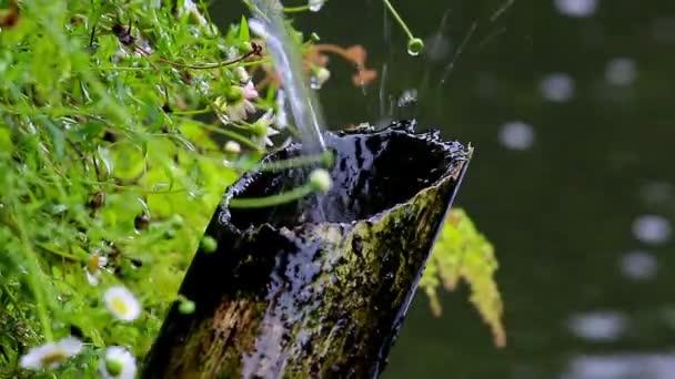 Bambusrohr und fließendes Wasser im japanischen Garten