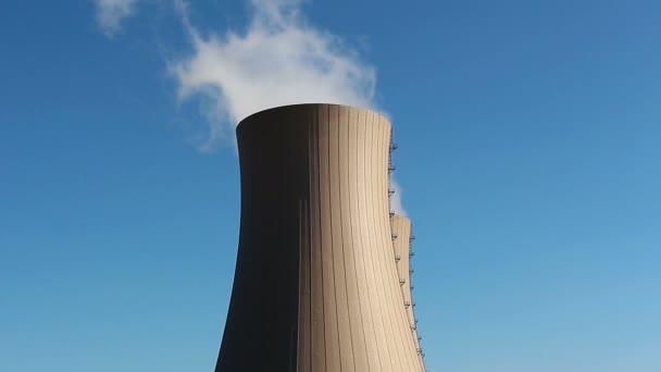 Kühltürme des Atomkraftwerks gegen Himmel
