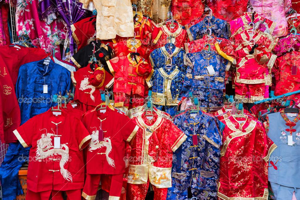0a087c19357 Κινέζικα κόκκινο φόρεμα στην αγορά — Φωτογραφία Αρχείου © vmrphoto ...