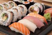 Suši maki a nigiri podávaný s wasabi a zázvorem