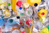 Fényképek műanyag palackok és újrahasznosításra előkészített konténer