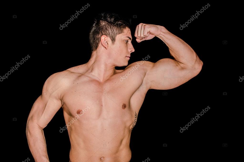 hombre musculoso mostrando su brazo izquierdo — Fotos de Stock ...