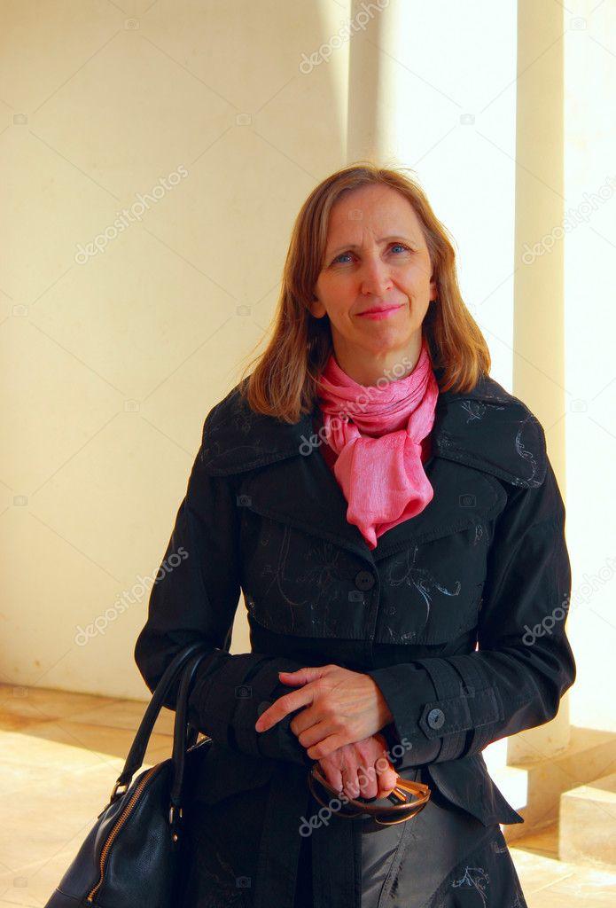 Portrait d une femme dans un manteau noir et une écharpe rouge sur fond  beige — Image de igor1012 55889c9cc5e