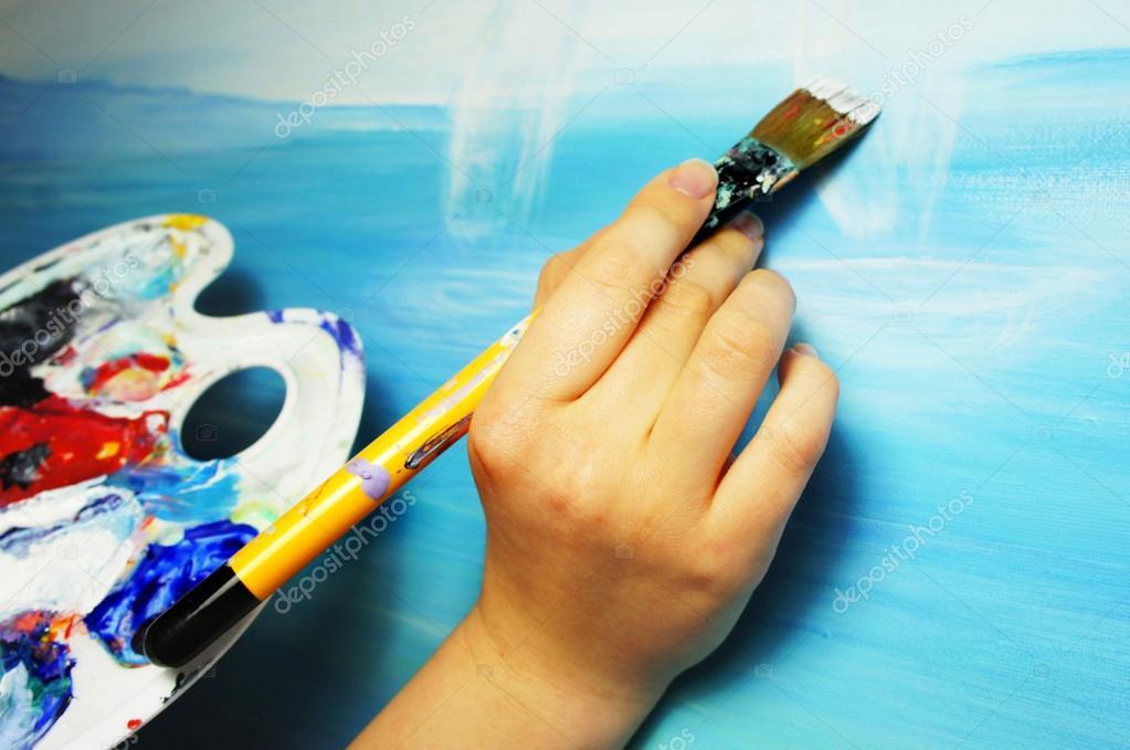pincel pintando. mão de artista com pincel, pintando o retrato \u2014 fotografia stock #22176127 pincel p