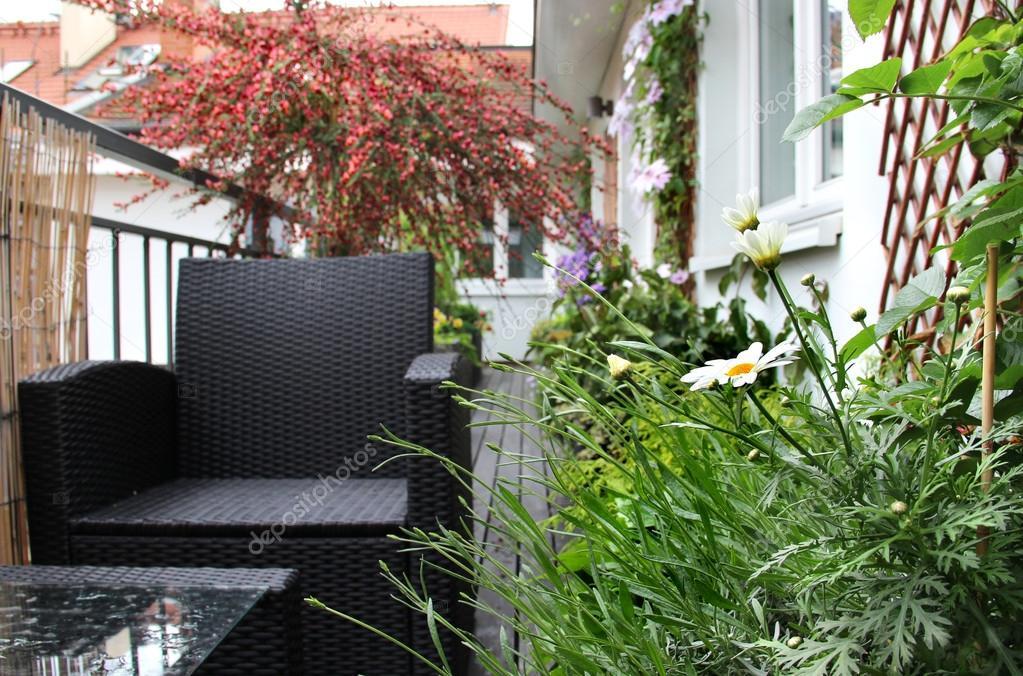 Terrazzo moderno con un sacco di fiori u2014 foto stock © tannjuska