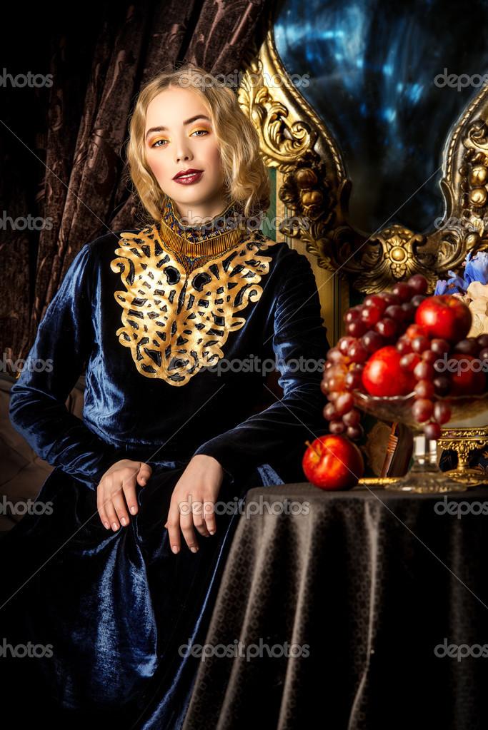 Modelo de moda linda em um vestido histórico rico. vintage. estilo de luxo  — Fotografia por prometeus 967843247a
