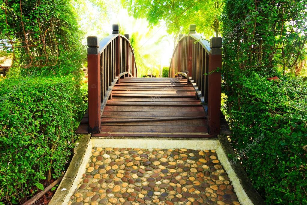 Puente de madera y camino en el diseño del jardín con el ...