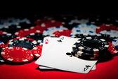 Fotografia coppia di assi e fiches da poker