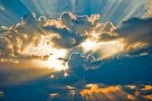 Fotografie krásný nebeský krajina se sluncem v oblacích