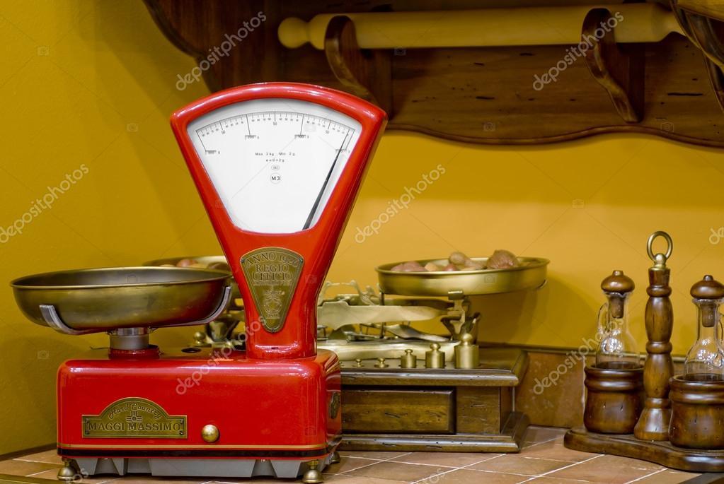 Bilance da cucina rosso in stile antico — Foto Stock © kosmos111 ...