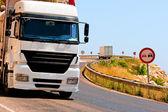 Gefährliche Kurven und beladene Lastwagen in den Bergen