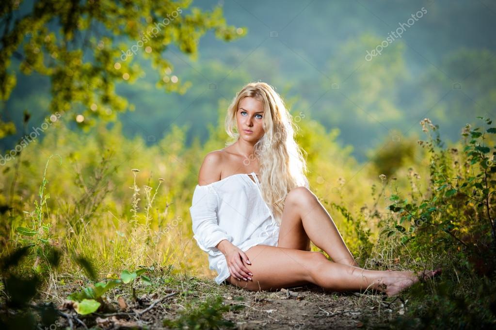 Блондинка на траве фото в белом платье, фото девушка сфоткала свои трусы
