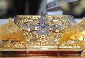 Kreuze, Ringe und Kronen aus Gold auf dem Tisch in der Kirche