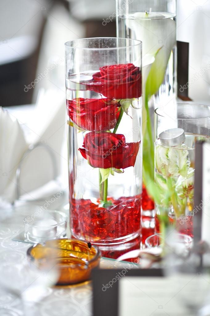 Dekoration Der Sommer Gartentisch Rosen In Vase Auf Weissen Tisch