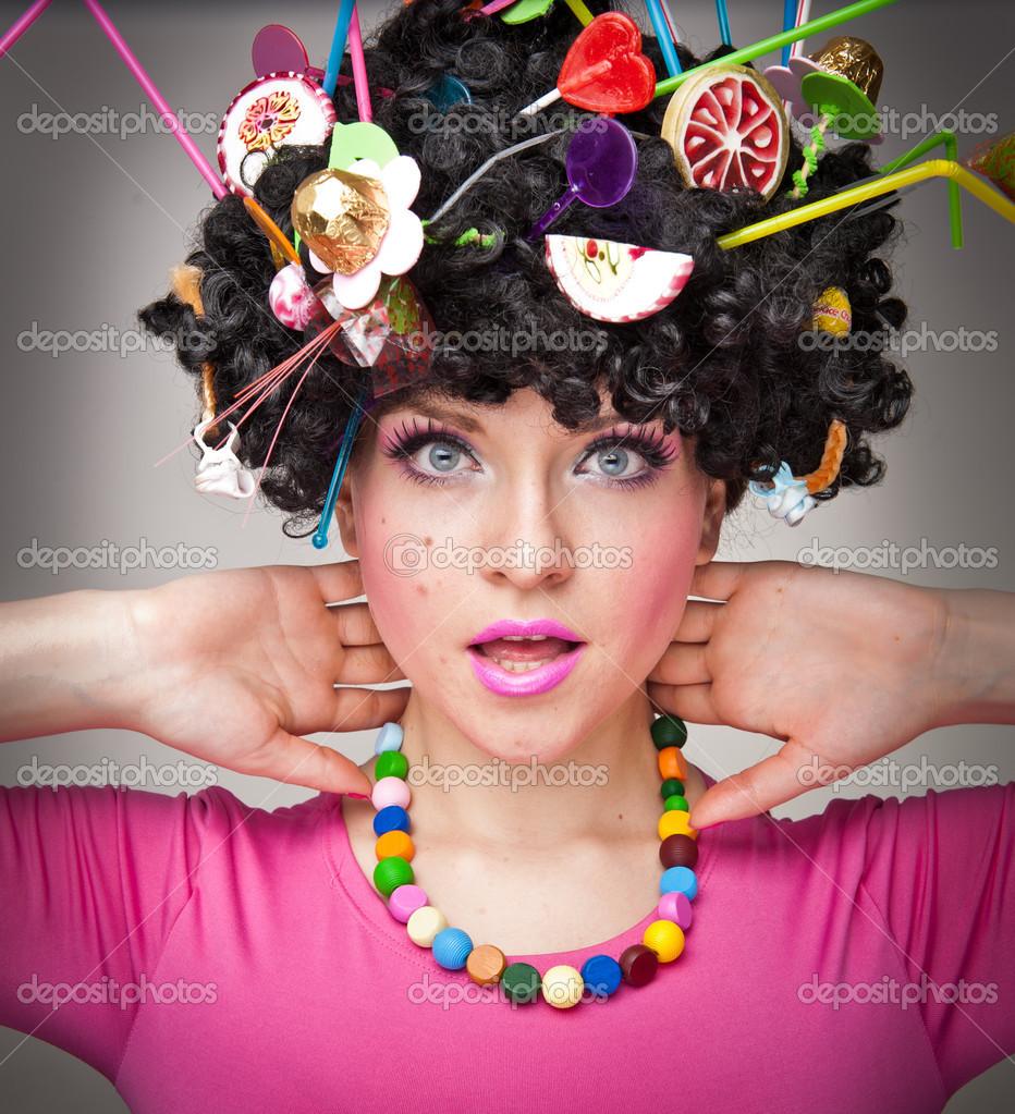 Retrato de una hermosa mujer modelo sobre fondo blanco con pollas en ...