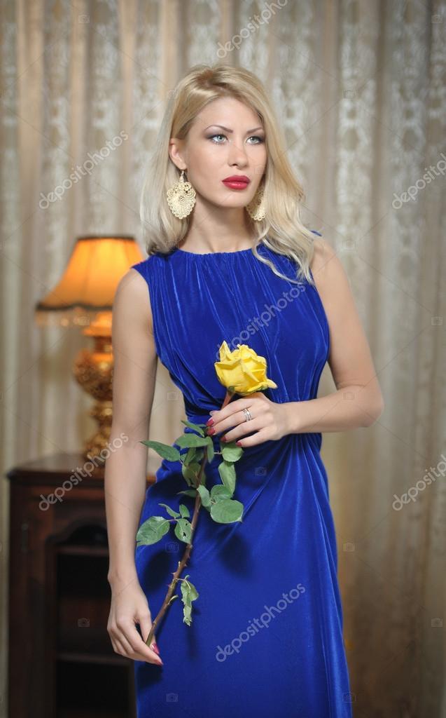 e4b7cf507d4e νέοι όμορφη γυναίκα πολυτελές σε πολύ κομψό μπλε φόρεμα