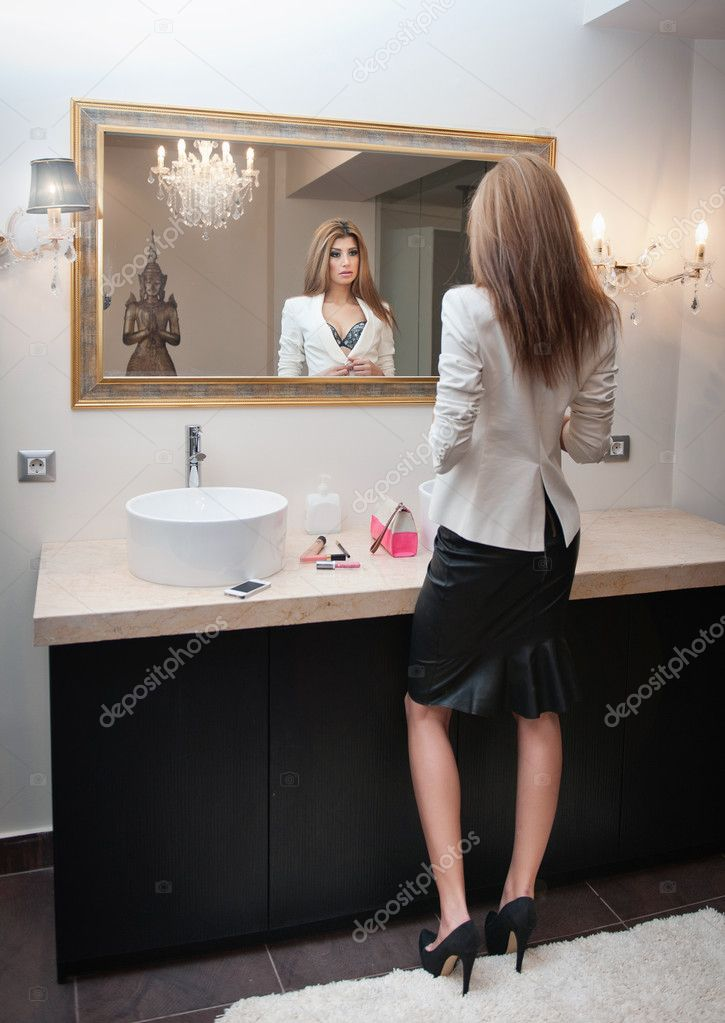 Sensuale donna elegante vestito ufficio guardando in uno for Specchio woman abbigliamento