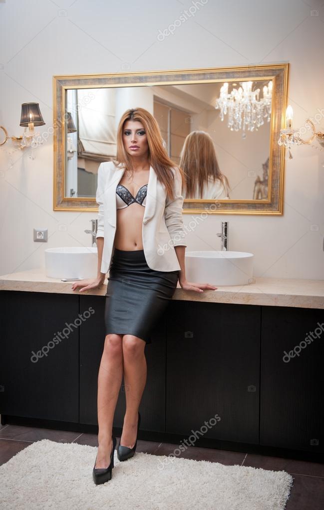 сексуальная блондинка в платье в офисе