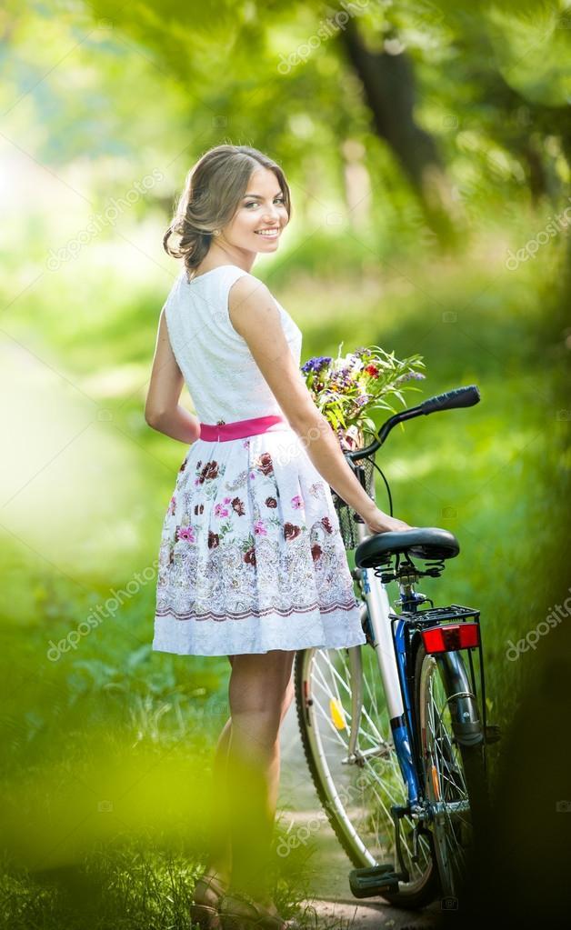 schönes Mädchen tragen ein schönes weißes Kleid, Spaß im Park mit ...