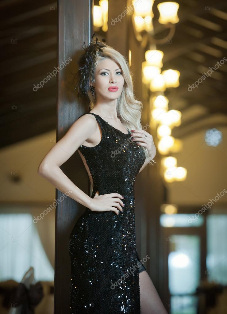 La mujer de largo vestido negro