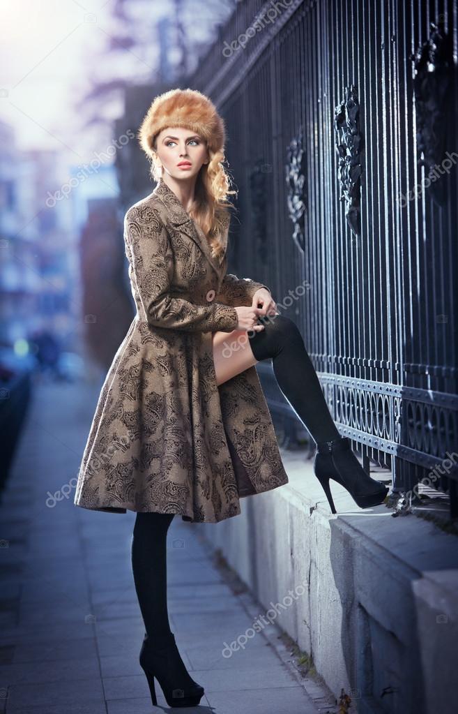 attraktive elegante blonde junge frau tr gt ein outfit mit. Black Bedroom Furniture Sets. Home Design Ideas