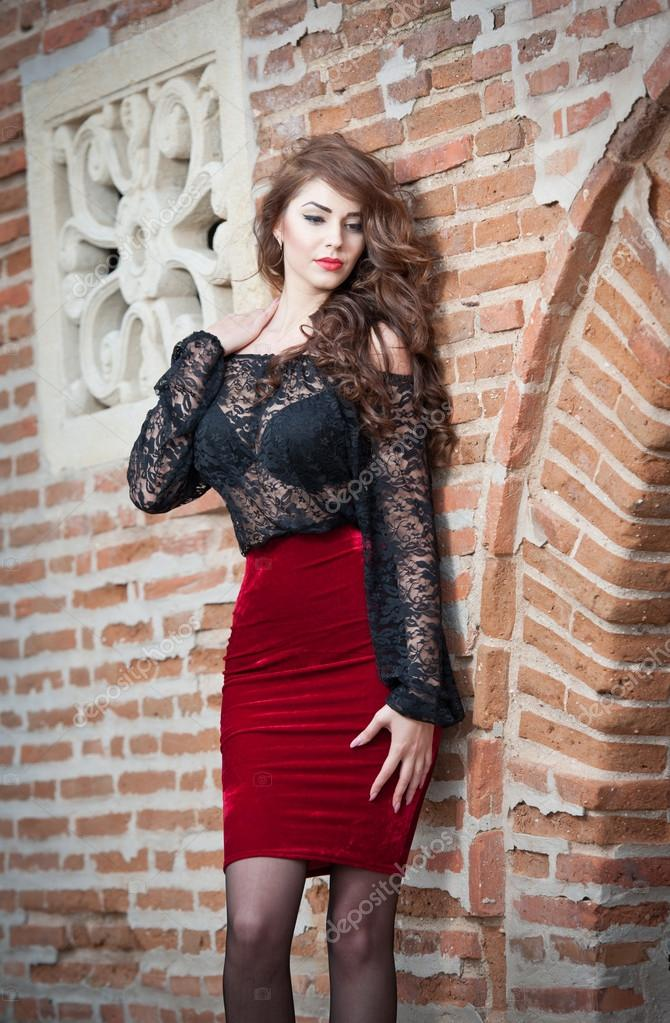 75fb2aad7b joven morena encantadora en blusa de encaje negro