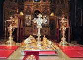keresztek, gyűrűk és a koronát az arany templom az asztalon. Esküvői lakomákat