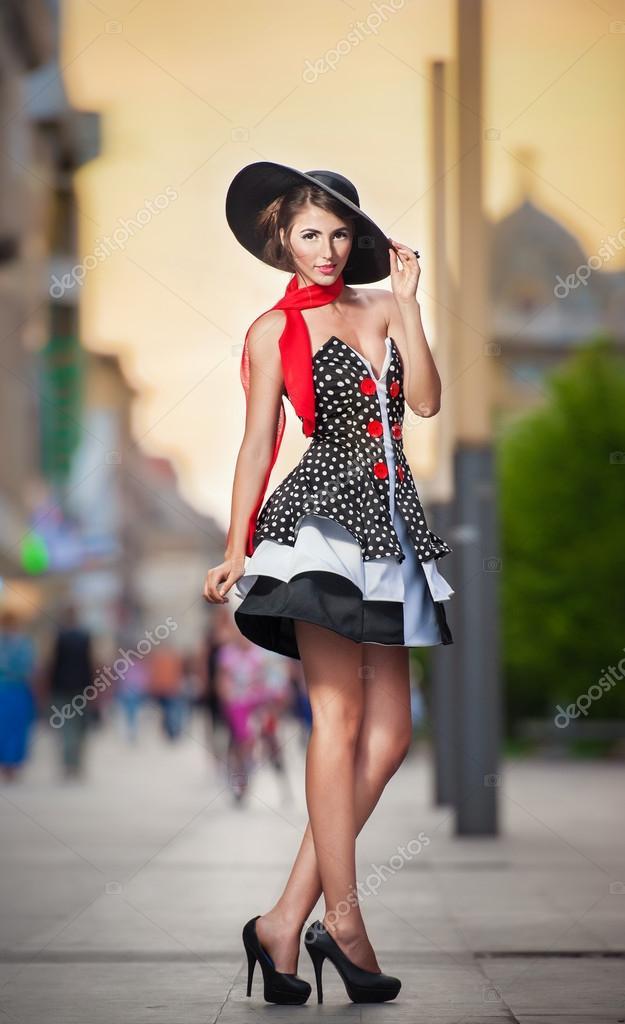Elegante kleider mit hut