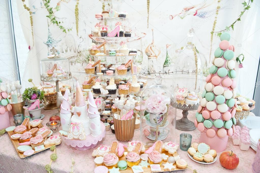 Wedding decoration with pastel colored cupcakes, meringues ...