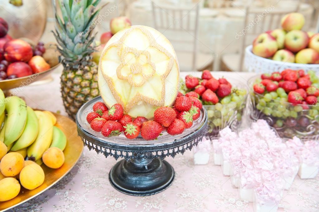 Decoration avec des fruits frais for Decoupe fruit decoration