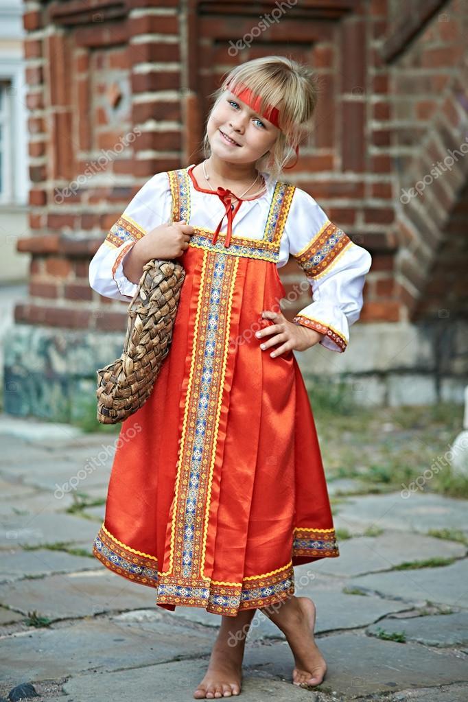 Дівчинка у національних костюмів Російська село на літній день — Фото від  ryzhov 9e5e59f9d7a78