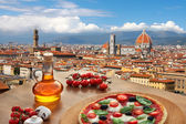 Florencie s katedrálou a typickou italskou pizzu v Toskánsku, Itálie
