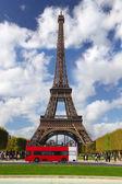 Eiffelova věž s parkem v Paříži, Francie