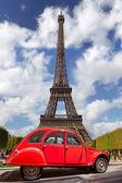 Torre Eiffel con la vecchia macchina rossa a Parigi, Francia