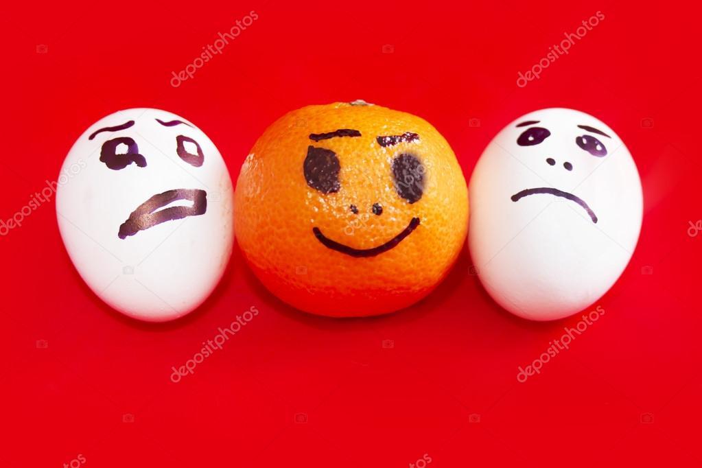 Mandalina Ve üzgün Bir Yüz üzerinde Yumurta Boya Mutlu Yüz Stok