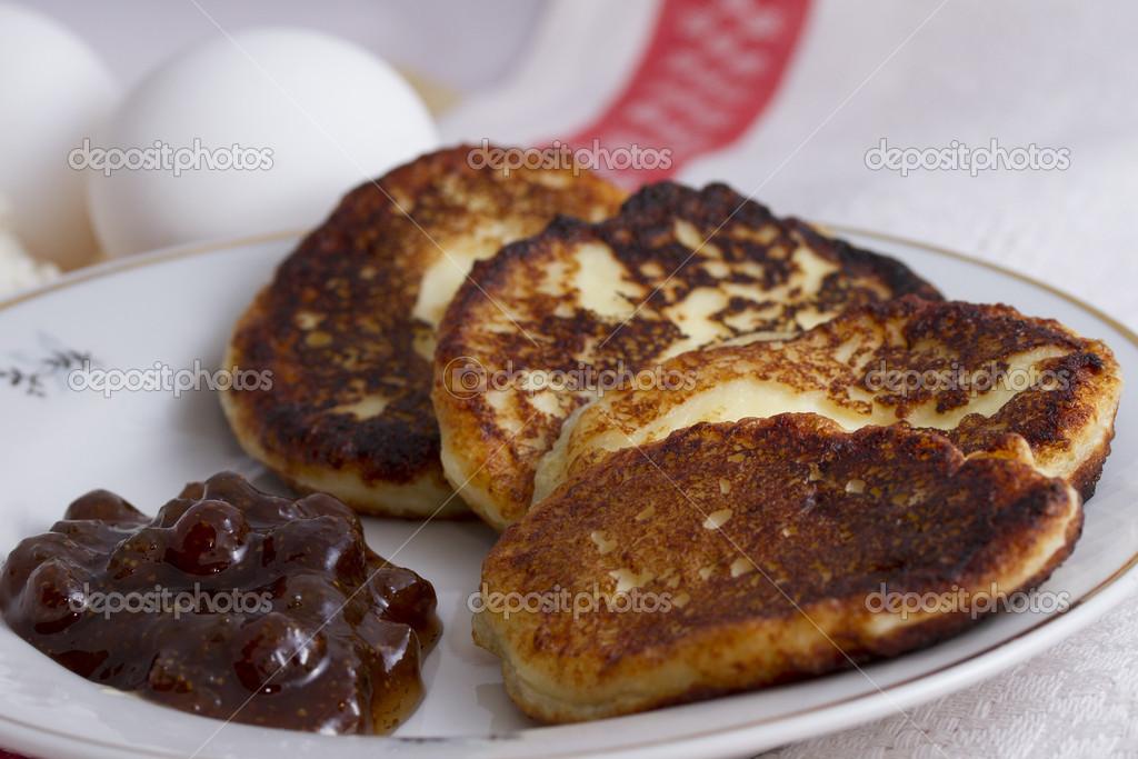 Quark Pfannkuchen Auf Einem Teller Mit Erdbeermarmelade Und Eine