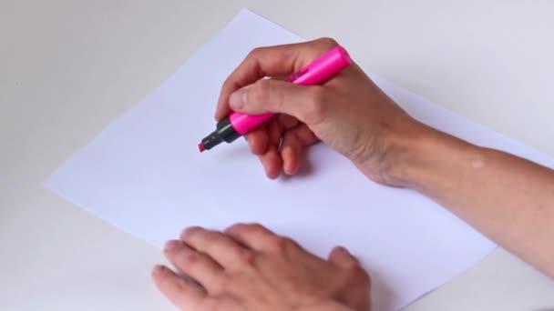 Part De La Femme Avec Un Crayon Dessiner Coeur Rose Sur Papier Gris