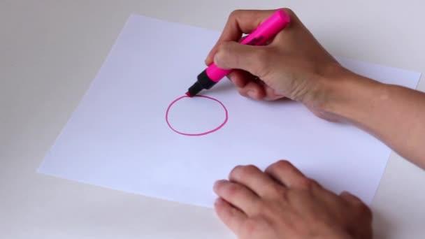 Nő kezet rózsaszín ceruza rajz a nap, a fehér könyv