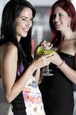 zwei Freunde in einem Nachtclub