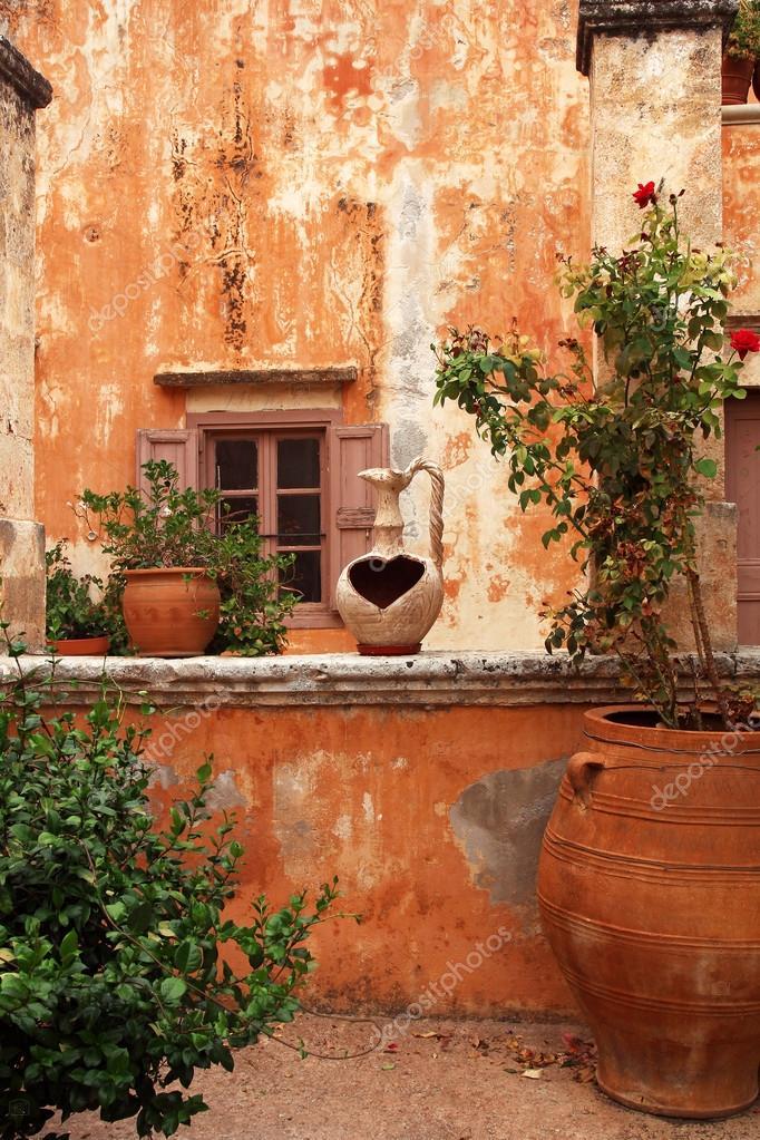 antike griechische innenhof mit terrakotta blumentopf. Black Bedroom Furniture Sets. Home Design Ideas