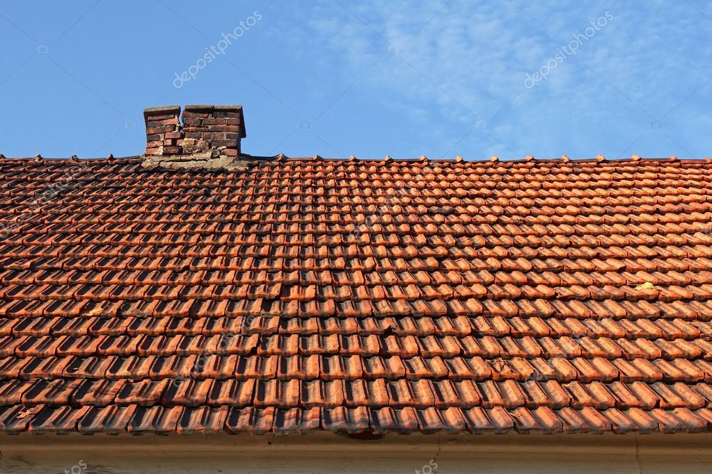 Oude rode tegel dak met open haard u stockfoto chrupka