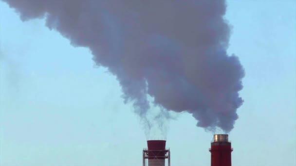 Rauch oder Dampf-Stack auf blauer Himmel Hintergrund