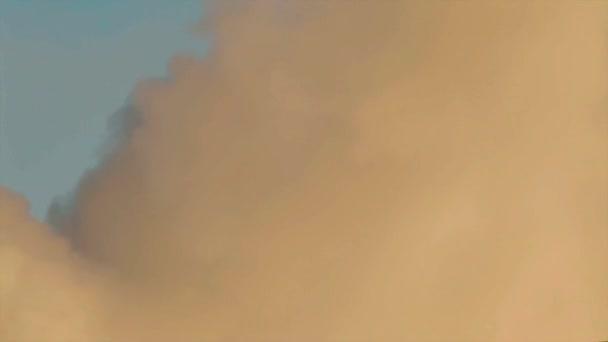 Rauch über dem blauen Himmel Hintergrund gelb