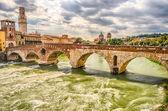 Fotografia antico ponte romano chiamato ponte di pietra di verona