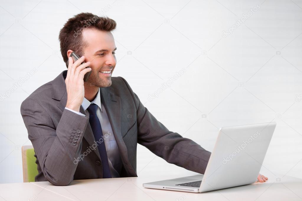 Im genes ejecutivos hablando por telefono gerente hablando por tel fono en la oficina foto - Telefono de oficina de ryanair ...