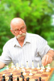 muž hraje šachy