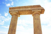 rovine antiche colonne e arco