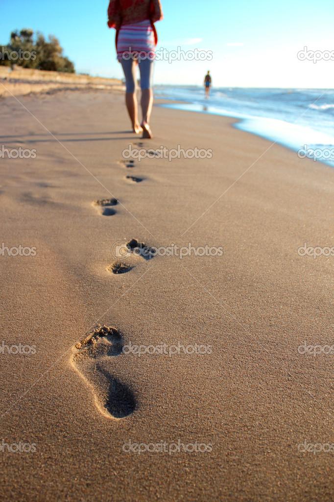 Ni o caminando por una playa de arena foto de stock for Arena de playa precio